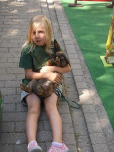 Tabea mit Sammy beim relaxen